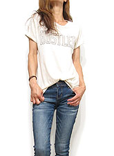 Tops748 Hustler Graphic T/ Bone Ivory